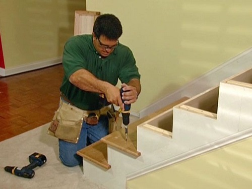 Fixing treads and rails on a staircase